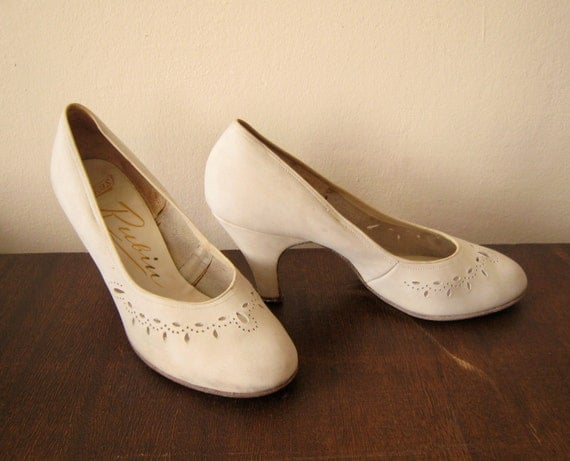 1950s vintage  pin-up pumps HEELS creme leather shoes size 8 7.5 CUTOUTS in original box