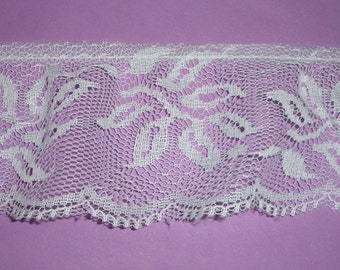 Lace ... Gathered ... 2 1/2 Inch Wide ... White ... One Yard (sold by the yard) ... Item No. L052