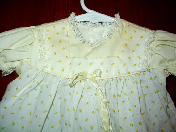 VINTAGE Baby girls Floral DRESS Pinafore Frock Shirt Yellow Roses 6-12 Months 1950s 1960s. Mint Condition.