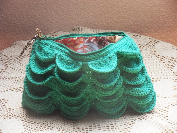 green crochet pouch with crocodile stitch