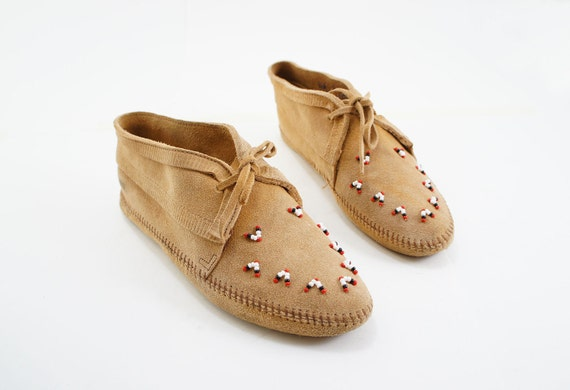 Minnetonka Ankle Boot Moccasins with Beading and Fringe in a Tan Suede Soft Sole in Women's size 9