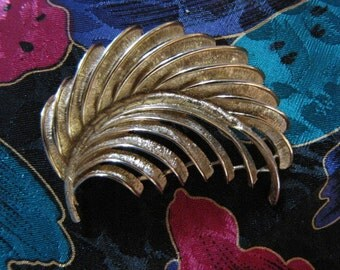Pin Brooch Vintage Monet Gold Feather