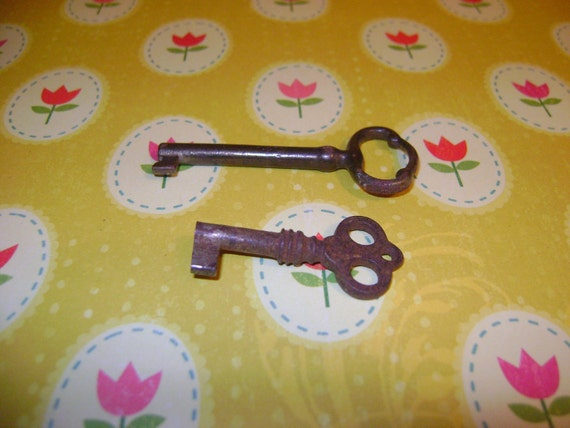 Set of two vintage keys