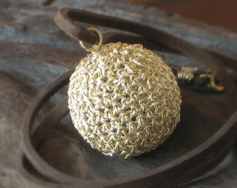 CROCHETED BALL PENDANT Charm Silver & Gold Plated Wire with Suede Cord  [Collier Balle crochet plaqué or—Colgante Esfera ganchillo baño oro]