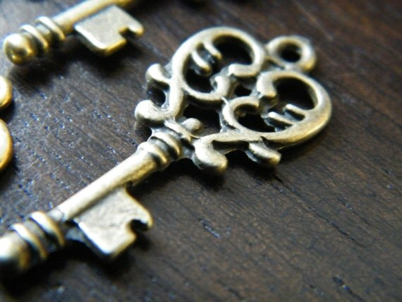 Alcott - 10 x Antiqued Bronze Small Vintage Key Charms