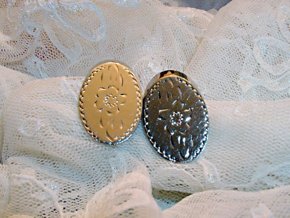 Vintage Gold Tone Floral Engraved Metal Earrings - ET-VGF-E