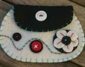 White pinwheel felt coin purse/ Borsetta ovale
