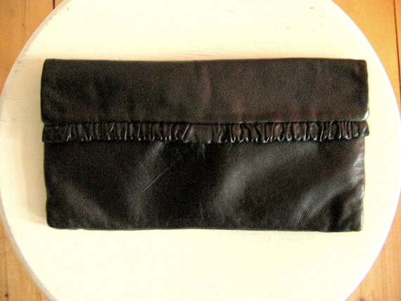 Vintage 80s Leather Clutch Bag in Black with Ruffles   Handbag Purse