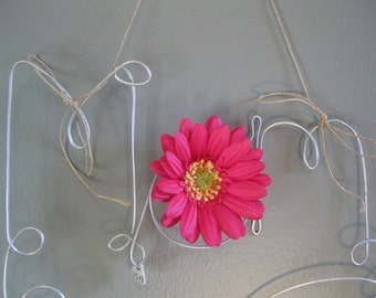 Hanging Mom Wire Word Photo Holder Picture Frame with Pink Daisy and Love Charm, Mothers Day Gift, Wire Wall Art, Whimsical, Mom Gift Frame