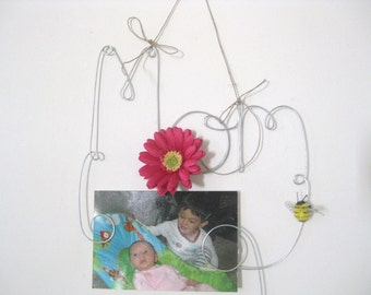 Mom Wire Word Hanging Photo Holder Picture Frame With Pink Flower and Bumble Bee, Mother's Day Gift, Mom Birthday Gift