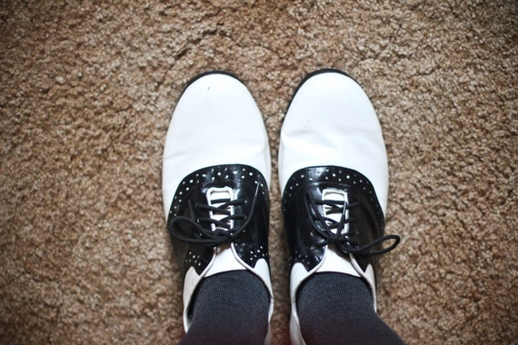 Vintage 1970s black and white saddle shoes (Size 9.5)