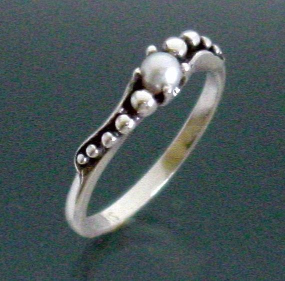 Peapod Sweep Ring with Pearl