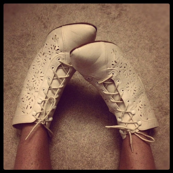 Vintage 80s Victorian flavor white lace up ankle boot. Size 10.