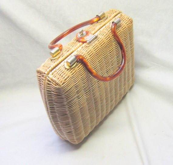 Magid is a handbag manufacturer and distributor for wholesale straw handbags, natural straw bags, and wholesale straw purses, including paper straw handbags, matte straw bags, milan straw handbags, corn husk handbags and novelty straw handbags.