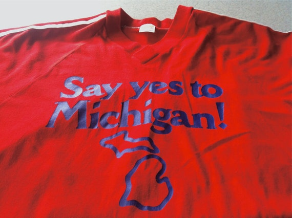"Vintage men's ""say yes to michigan"" red & navy blue v-neck t shirt from the 80s"