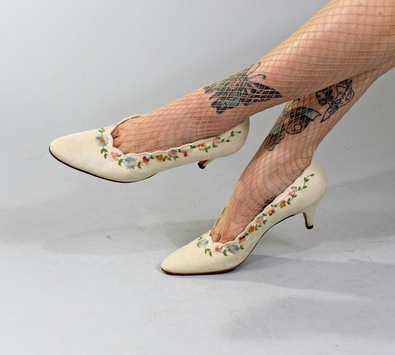 1950s Vintage Shoes...SOME FUN TONIGHT Spring Fashion Cream Linen Pumps with Floral Embroidery Size 10