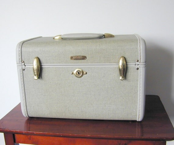 1950s Samsonite Streamlite Train Case with tray and mirror - at KonniesPlace