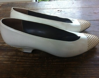 vintage white leather serto meucci kitten heels with gold studs // women's size 7