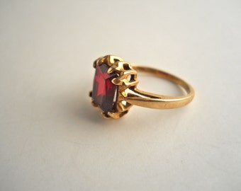 10k Gold Ruby Red Ring Size 2 1/2.