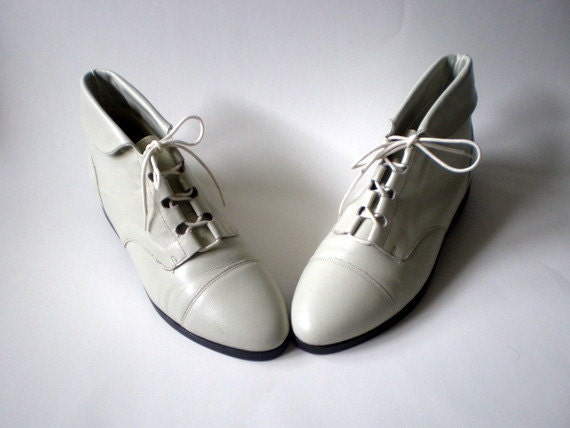 Vintage 80s Granny Lace Up Boots / Pixie Cuffed  Ankle Boots / Off White Cream Leather / sz 9.5