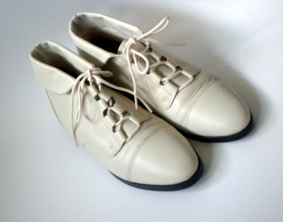 Vintage 80s Granny Lace Up Boots / Pixie Cuffed  Ankle Boots / Off White Cream Leather / sz 6.5