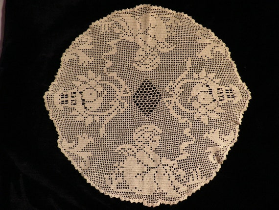 Vintage Round Filet Crocheted Cherub Doily
