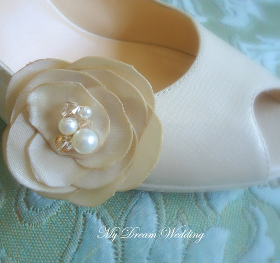 Ivory Shoe Clips. Bridal shoe clips. Bridesmaids gifts . Wedding shoe clips.  Flower shoe clips. Petals SENSATION Collection01-