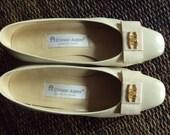 Etienne Aigner leather pumps ivory bone beige cream gold logo bow vintage classic Mad Men shoes Betty Draper heels Jackie O style women 5 5
