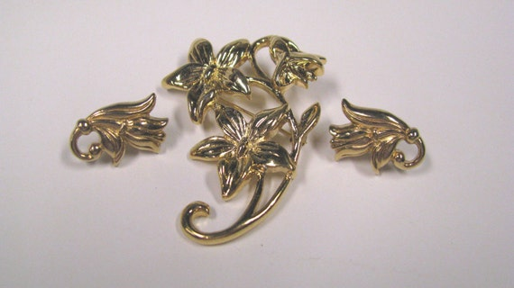 Vintage Daisy & Tulip Brooch and Pierced Earring Set in Gold tone Metal