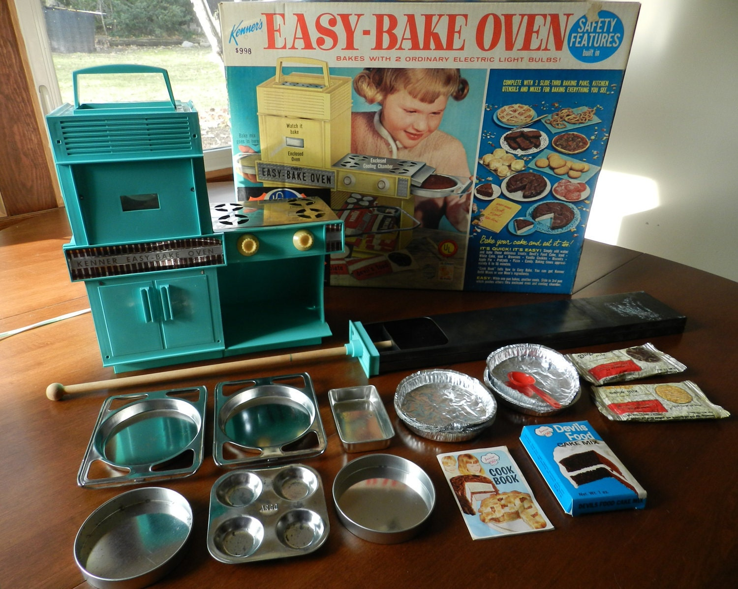 Free Shipping Vintage Turquoise Easy Bake Oven With Assorted