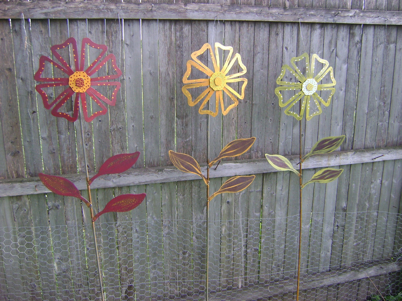 Metal flower yard garden art hand painted flower yard stake for Daylight designs metal garden art
