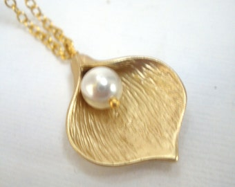 Calla Lily Flower Necklace, Flower Necklace, White Pearl, Gold Flower, Gold Necklace, Bridesmaid Gifts, Bridesmaid Necklace, Birthday Gift