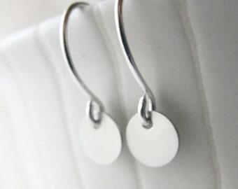 Small silver disk earrings - silver dot earrings - 3127