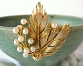 Vintage Lisner Pearl Brooch - Gold Leaves 1950's
