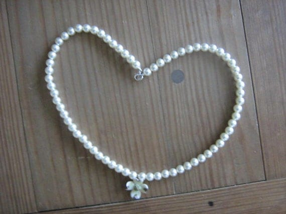 Sale-Faux Pearl Necklace With Vintage Glass Flower Pendant