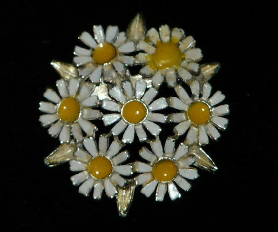 Vintage 60s Hippie Daisy Flower Bouquet Pin White Yellow Metal Enamel Gold Tone 1960s Brooch Spring summer