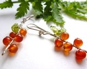 Fruity carrot earrings: silver, agate and peridot