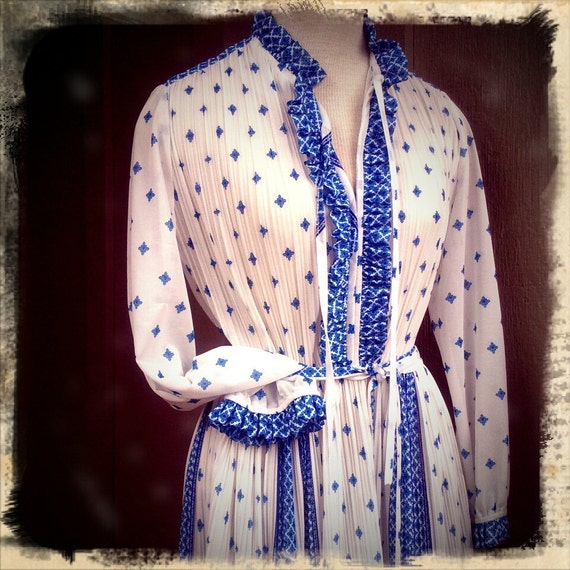 COUNTRY LIVIN   ///   Sheer 1970s Blue & White Flowy Day Dress