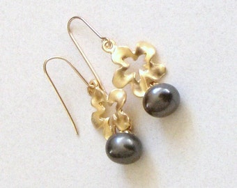 14kt Goldfilled,16kt gold plated cut-in cherry blossom/ dark grey fresh water pearl earrings