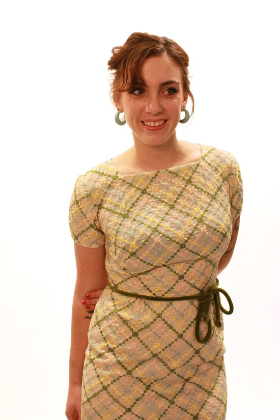 """Vintage 1950s Embroidered Pin Up Wiggle Dress // 26.5"""" Waist"""