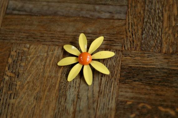 vintage 1960s daisy brooch