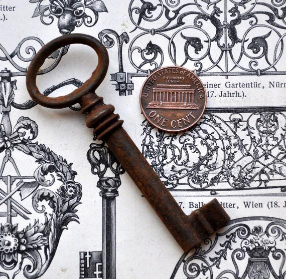 Vintage metal key.(001)