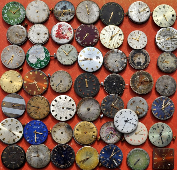 Lot of 50 vintage watch movements with dial.