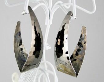 Vintage Hammered Metal Oblong Hoop Earrings in Dark Grey Chrome circa 1980s