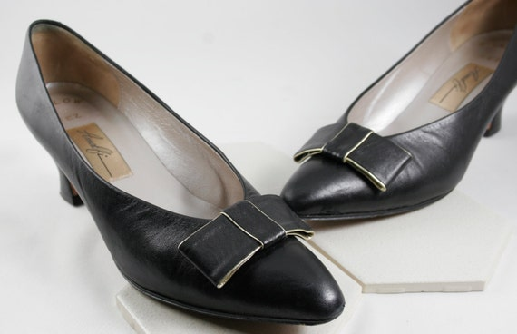 Gorgeous Amalfi Black Leather Shoes - Pumps with Bow Etched in Gold.  Made in Italy circa 1960s-70s  Size 7 1/2 AA