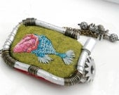 """Embroidered bracelet of green felt and telephone wire """"Kissyfish"""""""