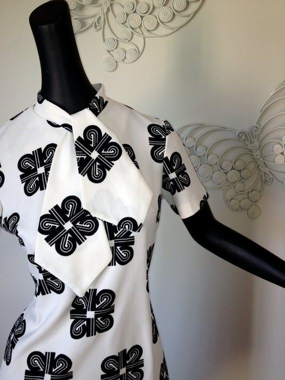 Vintage MOD dress black and white geometric print tie scarf neckline Mid Mini Length Size Large