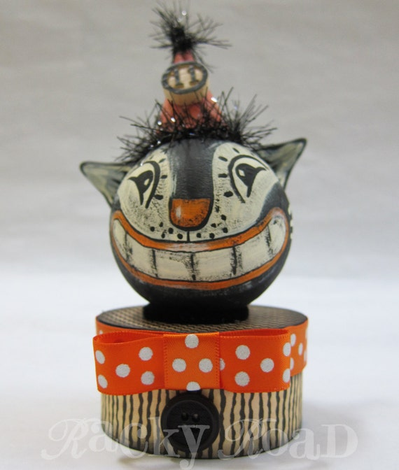 Vintage-look Halloween Cat With Cheesy Grin on Trinket Box
