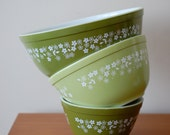 Vintage Set of 3 Pyrex Crazy Daisy Pattern Mixing Bowls : 403, 2.5 L and 402, 1.5 L and 401, 750 ml