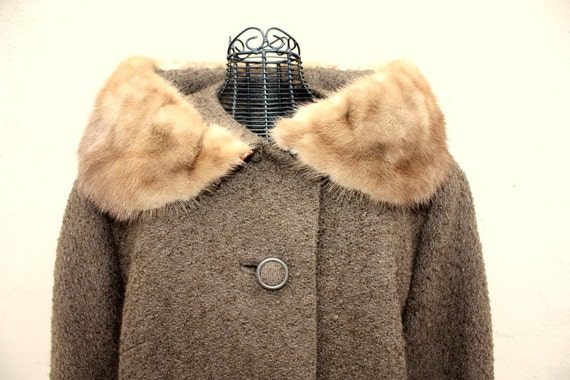1960's 60s brown wool coat. Collar lined with real fur fox or mink. Size medium 4-6-8. like-new condition